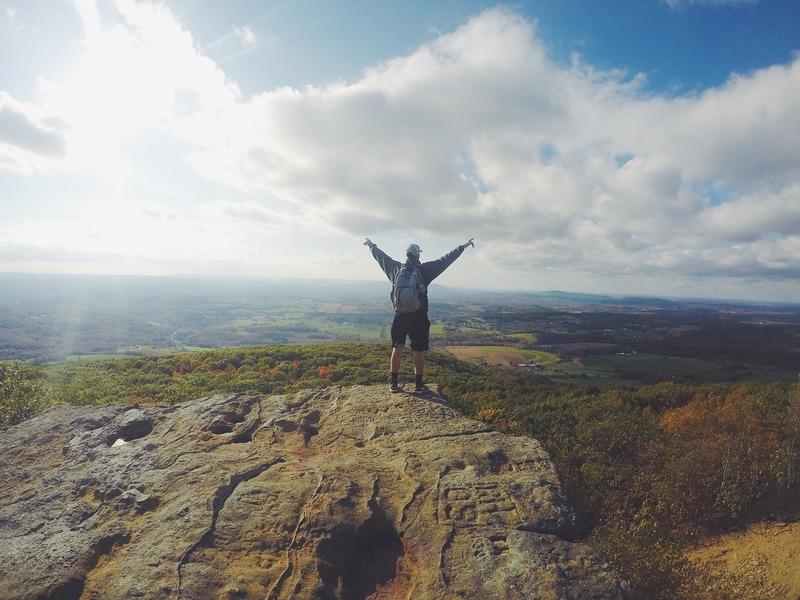 山頂の男性。勉強成功したイメージ