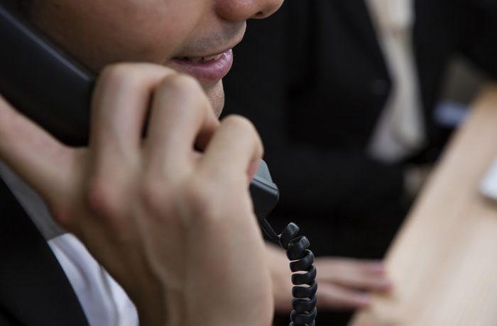 英語で電話を受ける社会人