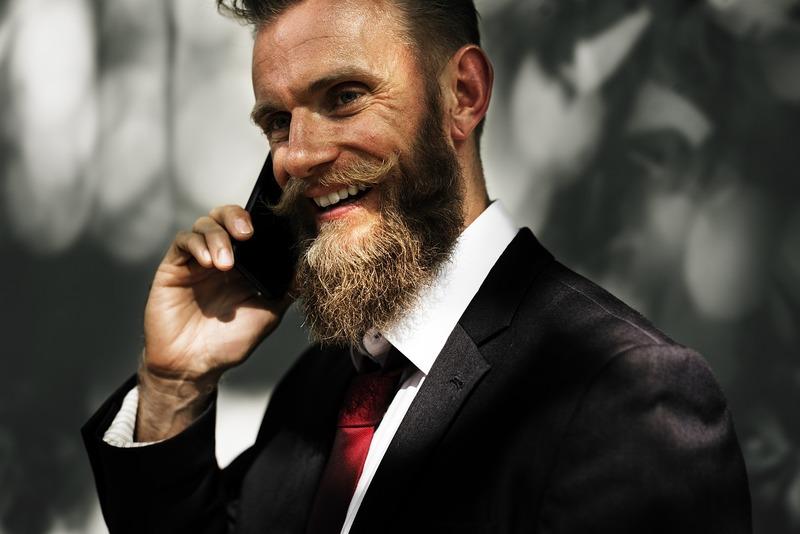 携帯で話す男性