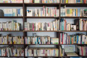 本棚にテキスト、教材がいっぱい