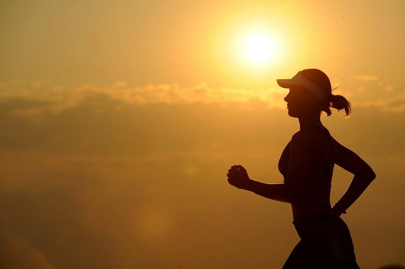 女性が独りで走っているシルエット