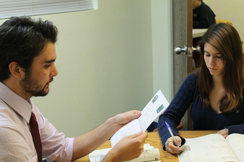 英語の勉強をしている2人