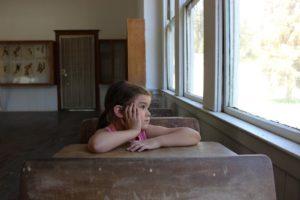 教室で窓をみる学生