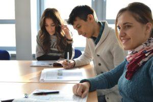 英語を短期集中で学ぶ学生達