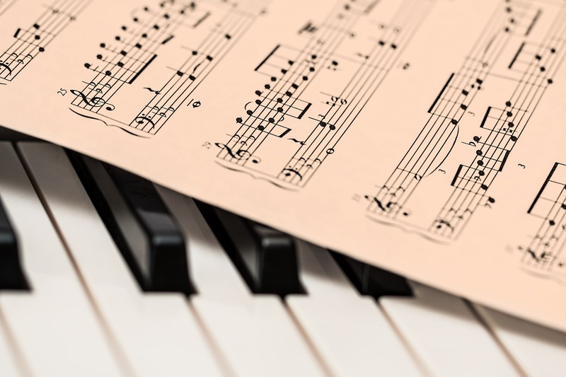 音符とピアノ。英語は音が重要