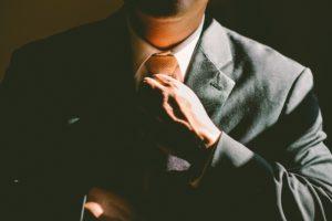 ネクタイを締める人。英会話で活躍