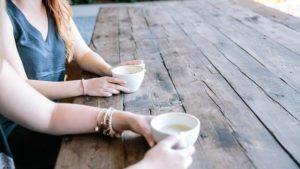 カフェで英会話する2人